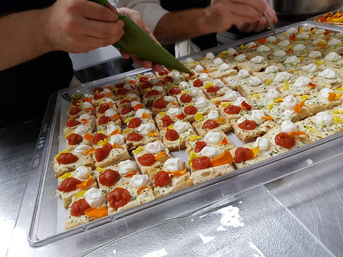 Tostada de chia, requeson y chutney de tomate
