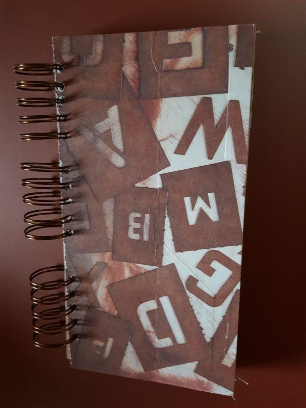 Libreta hecha a mano, papeles de letras, anillas de color cobre antiguo