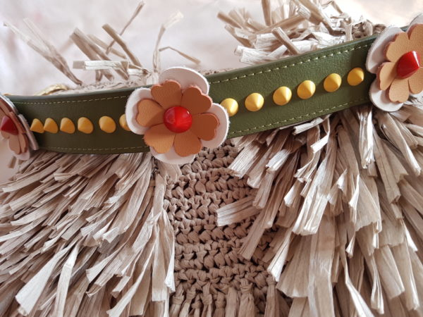Bolso de hilo de rafia de flecos, con asa de piel con flores
