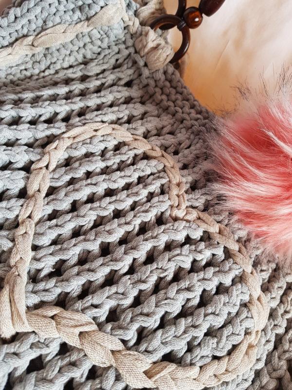 Detalle del bolso de algodón, con detalle de corazon y pompón rodado , asas de madera y cuerda
