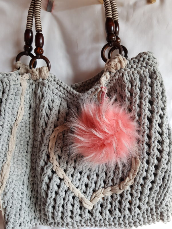 Bolso de algodón, con detalle de corazon y pompón rodado , asas de madera y cuerda