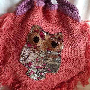 Detalle de flor del bolso de hilo de algodón forrado con tela de loneta y aplicaciones de flor y buho de paillette.