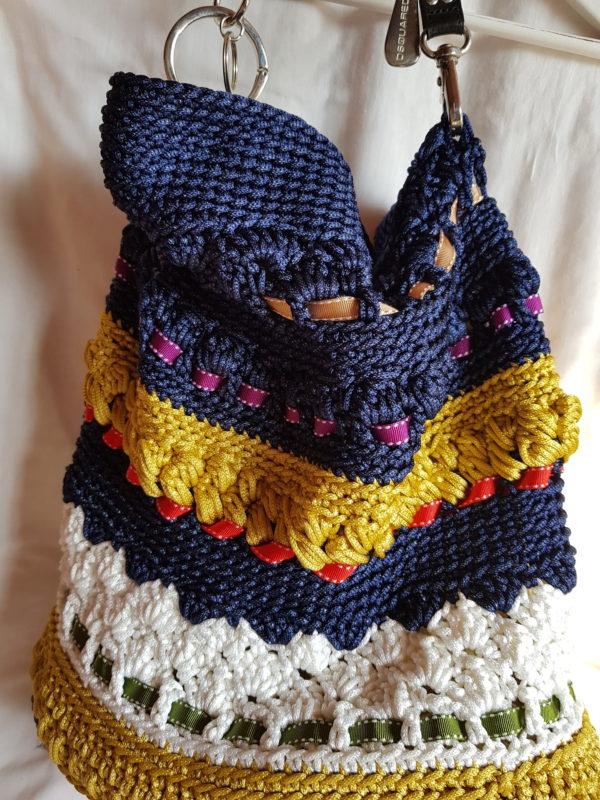 Bolso de crochet con hilo sedoso, combinación de colores, forro interior de loneta y cadena de colgar