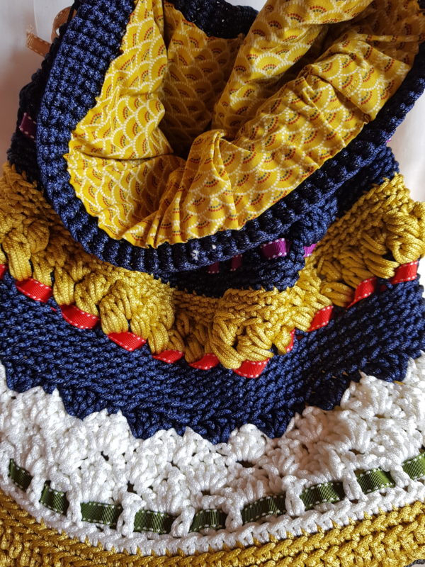 Detalle del interior del bolso forrado con tela suave, motivos geométricos combinación con el tejido del bolso