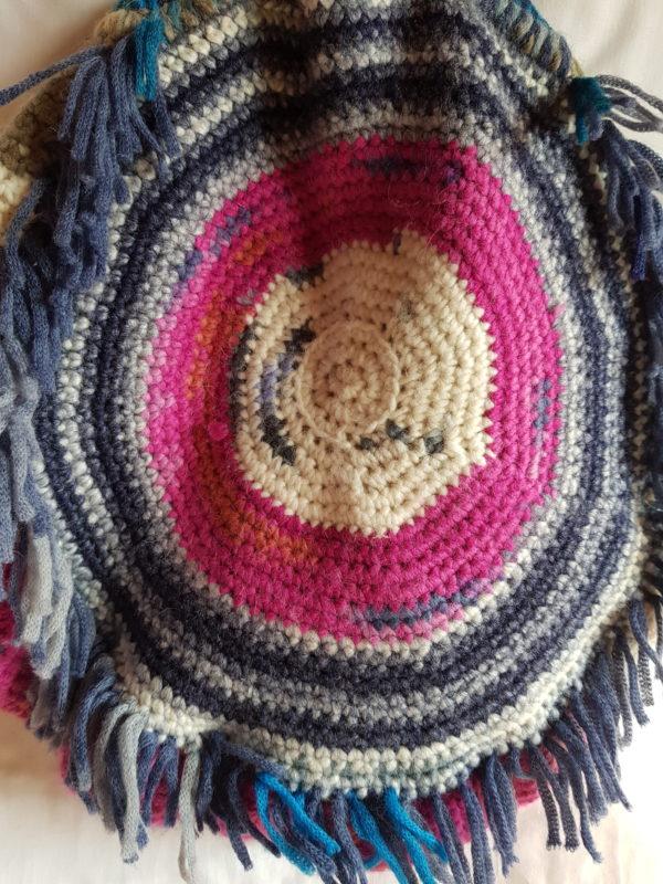 Detalle de la parte trasera del bolso combinación de azules y fucsia.