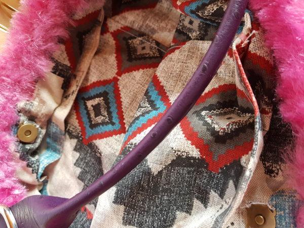 Bolso de lana color morado, combinación con lana efecto visón, forrado con tela de loneta de dibujos geométricos y asas de piel de coco