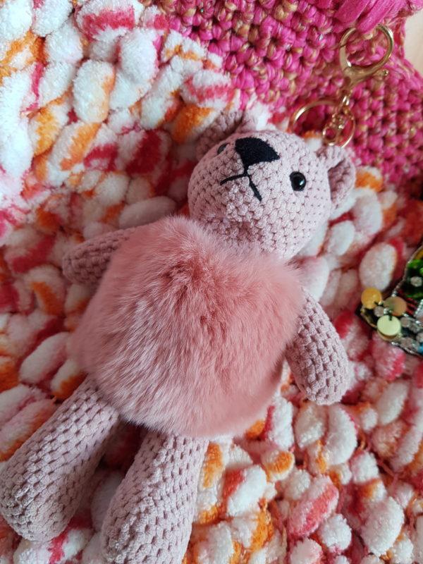 Detalle del bolso con lana bucle, combinación de colores, forrado con tela de loneta y aplicación de oso combinado con paillete de flores y logo
