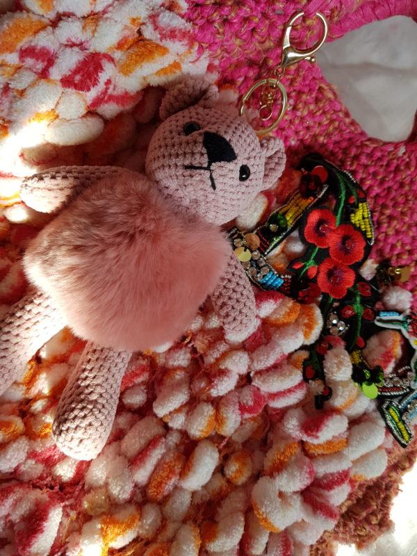 Bolso con lana bucle, combinación de colores, forrado con tela de loneta y aplicación de oso combinado con paillete de flores y logo