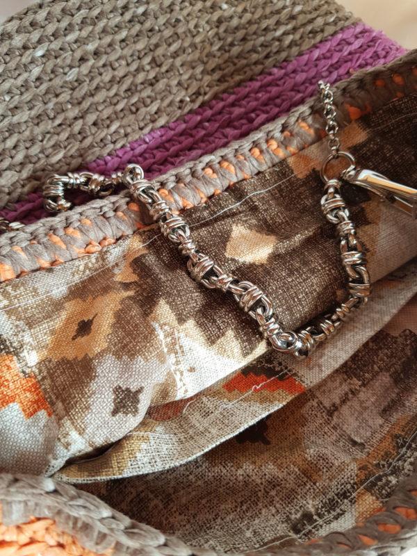 Detalle del interior de la tela de loneta con motivos geométricos.