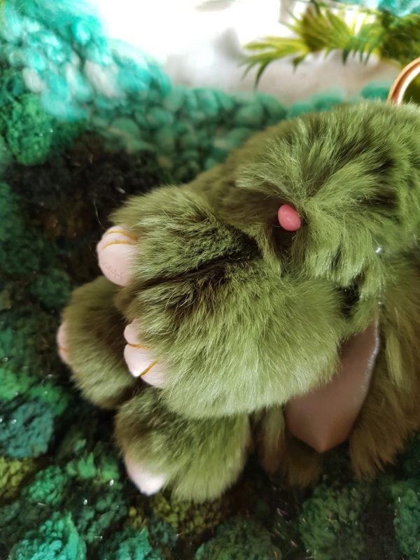 Detalle del bolso de lana bucle, combinación de tonalidades verdes, forrado con tela de loneta y detalle de conejo piel sintética, asas de color verde de piel.