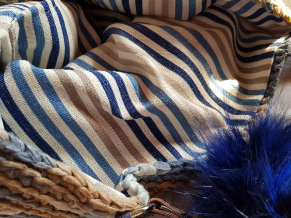 Detalle interior de la tela de rallas del bolso de crochet oso-pompón