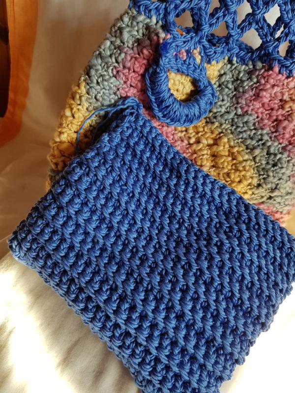 Detalle del complemento de la bolsa de red azul, tejida a mano , complemento para móvil.