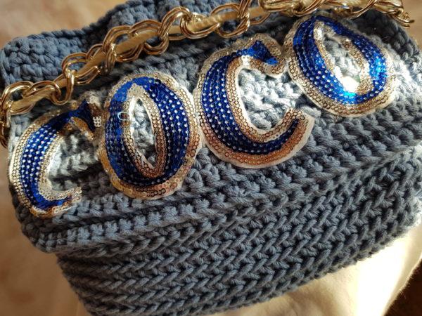 Detalle del bolso hecho a mano con cadena dorada y cuerda