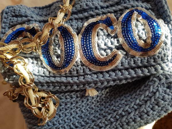 Detalle de Bolso hecho a mano con hilo de algodón con detalle de paillette.,