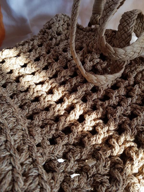 Detalla de Bolso hecho a mano con cuerda de color tostado
