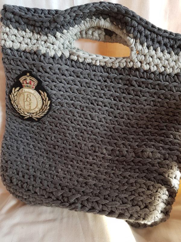 Detalle Bolso El Tirol, tono de grises hecho a mano