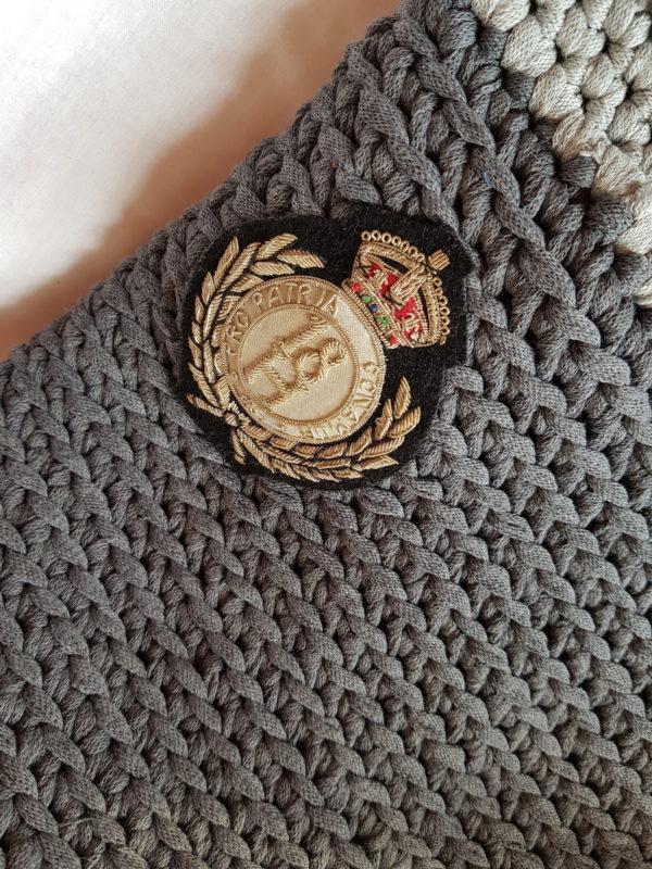 Detalle del bolso El Tirol tono de grises hecho a mano