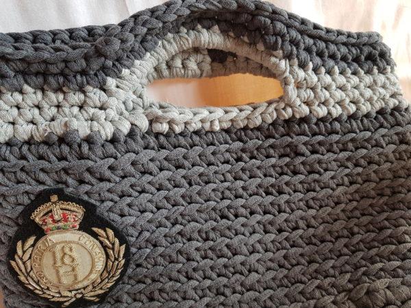 Bolso tono de grises hecho a mano, con escudo y forrado de tela de loneta