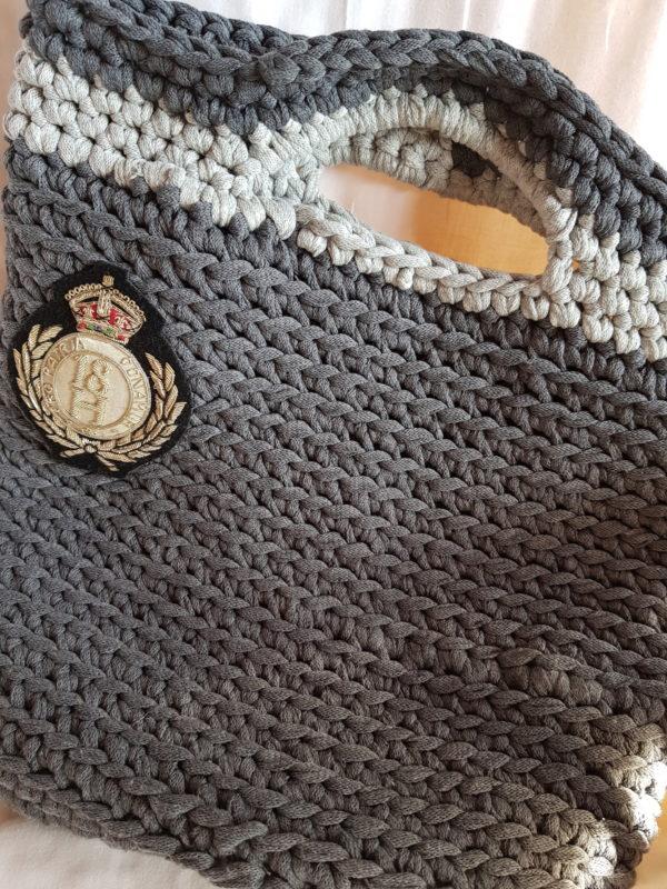 Bolso de algodon grueso, con escudo y forrado de tela de loneta motivos florales