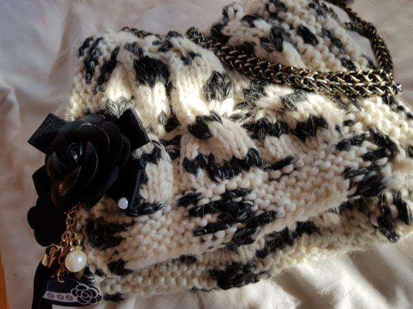 Bolso de lana con cadena y abalorios, forrado de tela de topos