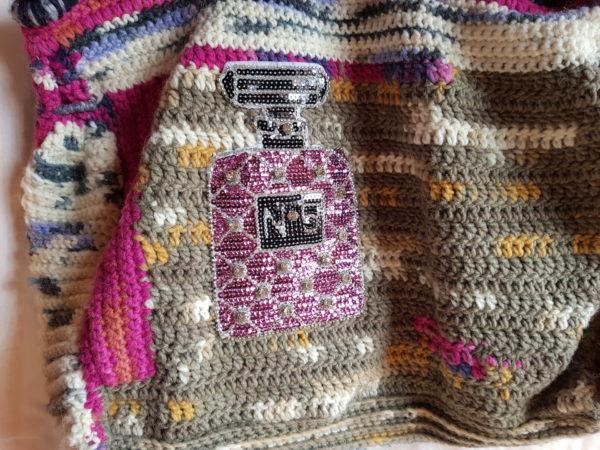 Bolso de crochet con lana de mezcla combinación de colores, forro de tela de loneta con aplicaciones