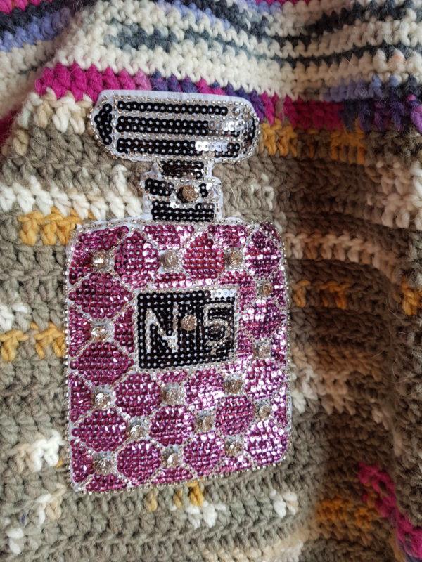 Detalle de la bolsa de lana combinación de colores, complementos en los dos lados de la bolsa, y forrada con tela de trapillo