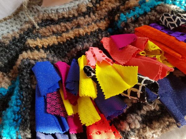 Bolsa grande de lana combinación de colores con flecos de tela de seda y algodón