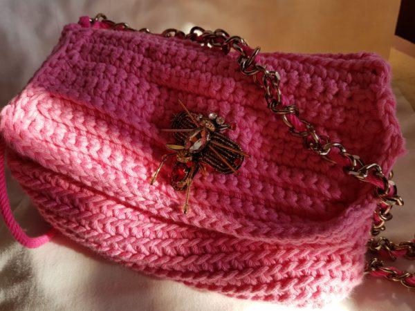 Bolso de hilo de algodón, con abalorio de abeja, cadena color cobre y forrada con tela de loneta