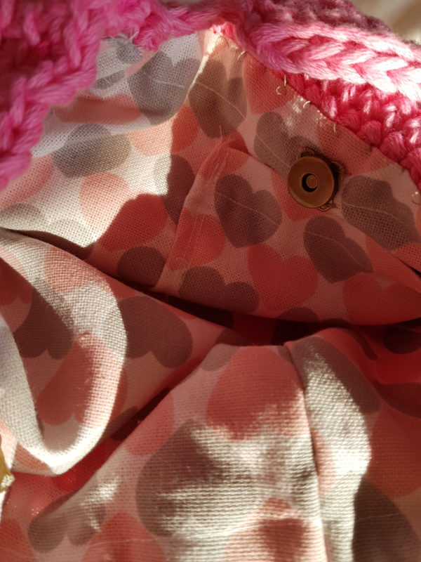 Detalle del interior del bolso con cierre de presión