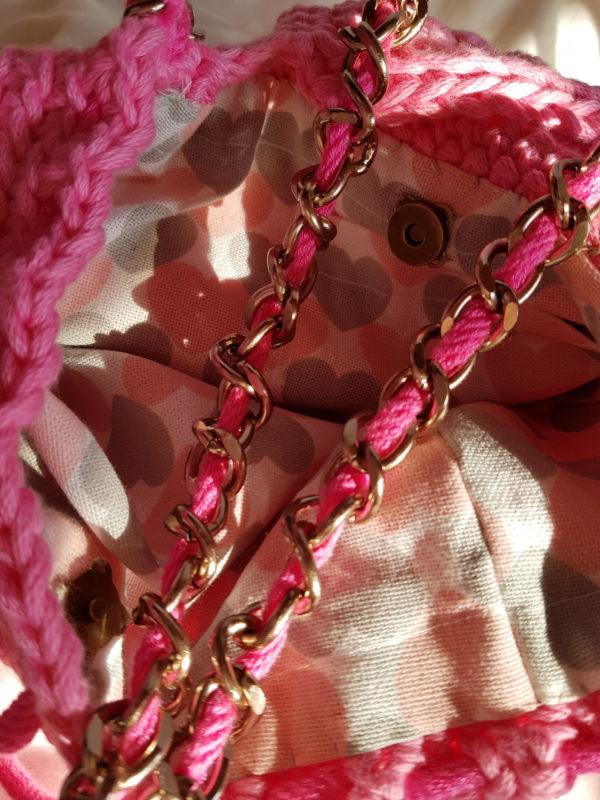 Detalle del interior del bolso y cadena del bolso Honey