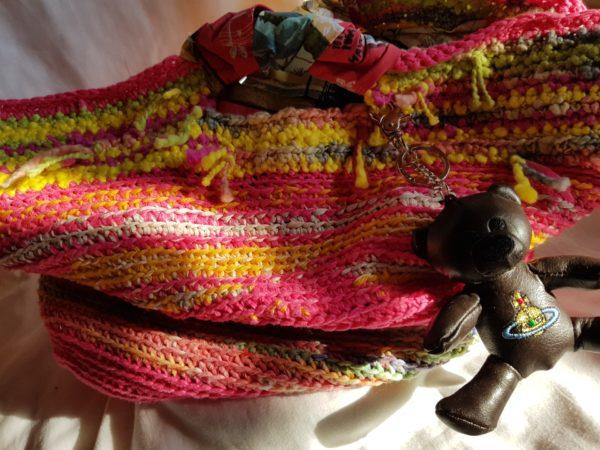 Detalle de la bolsa hecha a mano con algodon combinando colores asas de tela hawaiana y oso de piel
