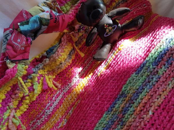 Bolsa hecha a mano con algodon combinando colores asas de tela hawaiana y oso de piel