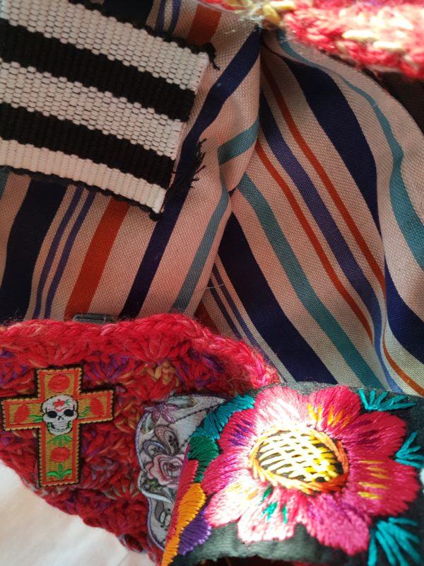 Detalle del forro de la bolsa Frida de loneta rallada y complemento de la asa bordada a mano en Guadalajara (Mejico)