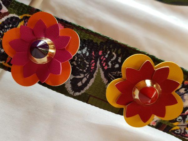 Detalle bolsa verde con asas de tela con flores y forrada con tela de loneta motivos tropicales
