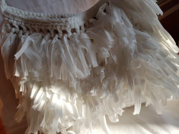 Detalle del interior de la bolsa de hilo de algodón con flecos