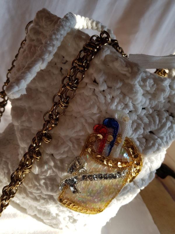 olsa de crochet de hilo de algodon, detalle y asas de color cobre, forrada de tela de loneta