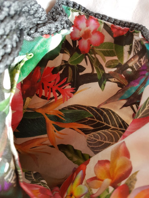 Bolsa de hilo de seda combinación de colores, asa de cuerda marinera y forrada de tela de loneta con motivos tropicales