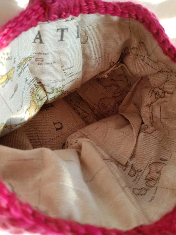 Detalle del forro de la bolsa tequila con tela de loneta del atlas mundial