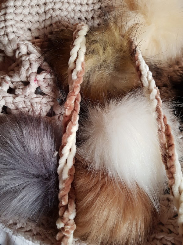 Bolsa grande de crochet con hilo de algodon, forrada con tela dd loneta y 10 pompones de colores naturales con asa de terciopelo