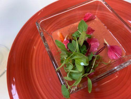 Terciopelo de fresas, tomates, flores y verdes - receta por Montse Estruch